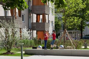 Spielende Kinder in der GWG-Wohnanlage Sendling-Westpark