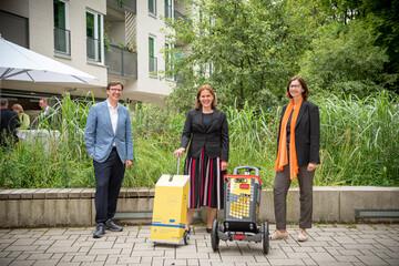 Autofreies Wohnen in München - Bürgermeisterin Verena Dietl erhält GWG-Trolley