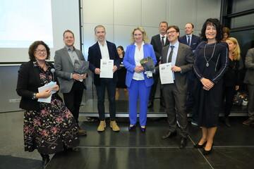 Gruppenbild bei der Preisverleihung des Preises für Qualität im Wohnungsbau 2019. Preisträger der GWG München vertreten durch Herrn Christian Amlong (Sprecher der GWG-Geschäftsführung)