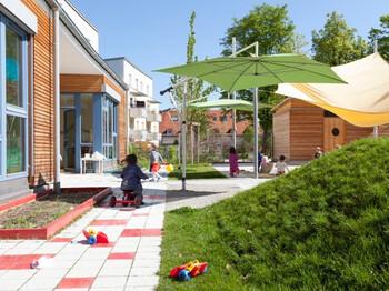 Spielende Kinder im Kindergarten in der GWG-Siedlung in Berg am Laim