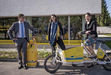 GWG-Geschäftsführung zusammen mit Bürgermeisterin Verena Dietl vor der GWG-Mobilitätsstation in Berg am Laim.