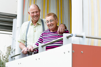 Seniorenpaar auf dem Balkon einer GWG-Wohnanlage