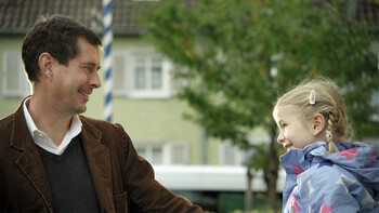 Beruf und Familie bei der GWG München: Das Bild zeigt einen Vater und seine Tochter am Spielplatz.