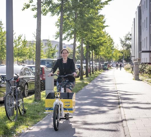 Bürgermeisterin Verena Dietl auf einem Lastenrad.