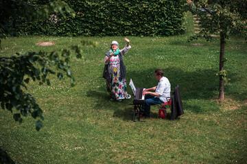 Fräulein Rosemarie und ihr lieber Alois singen für die Mieter*innen in Sendling-Westpark